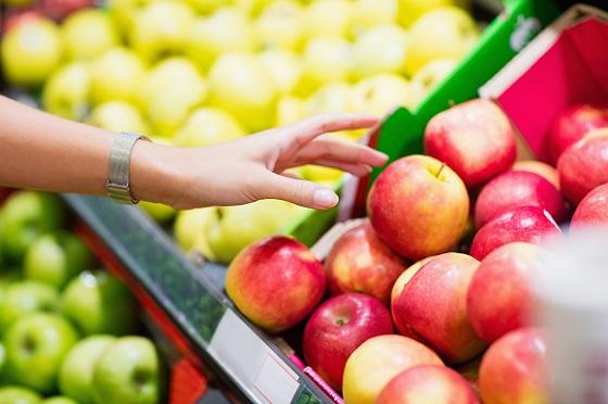 消費者選購超市無農藥殘留的新鮮蘋果