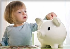 Kind steckt Geld in Sparschwein für Ratenzahlung bei Vaterschaftstest